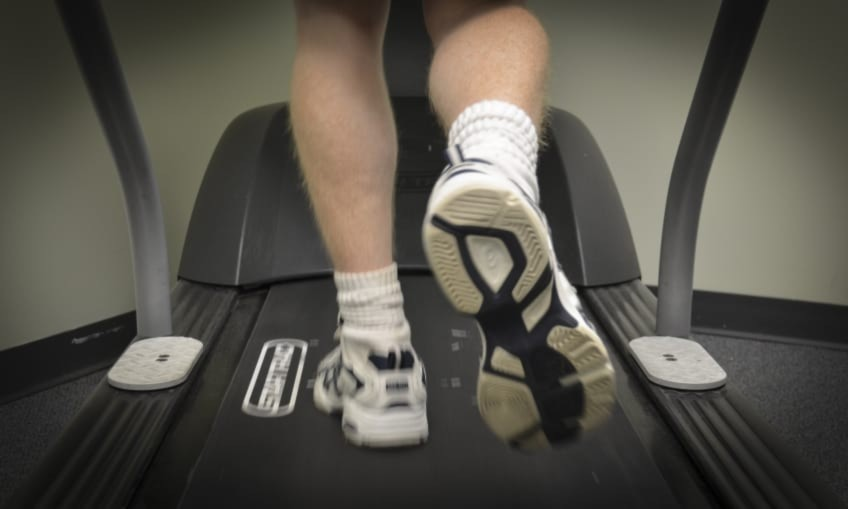 Running On A Treadmill Incorrectly Can Cause Knee Injuries Follow These Top Tips To Keep Your Knees Healthy Man Running On A Treadmill